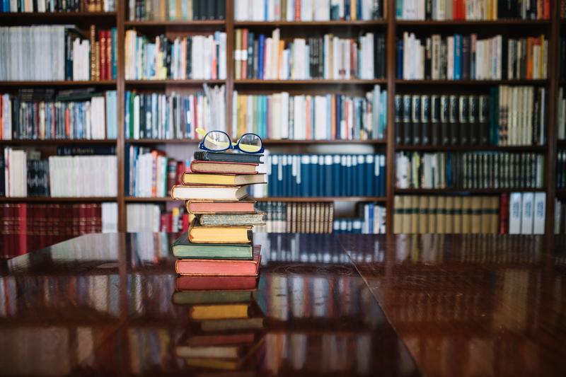 biblioteca-recursos-informativos-apoyo-bibliografico-libros-gafas-anteojos_by-Freepik_800x https://www.freepik.es/fotos/vintage
